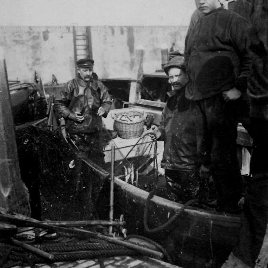 In de oude vissershaven van Stavoren, oude foto